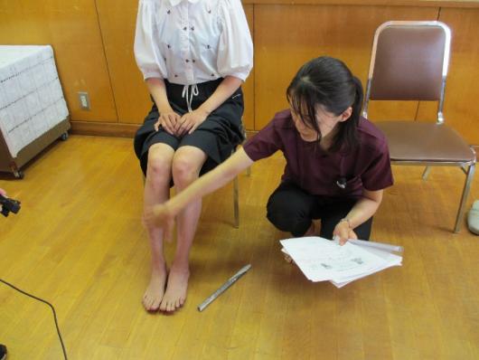 新聞紙を使った足の体操
